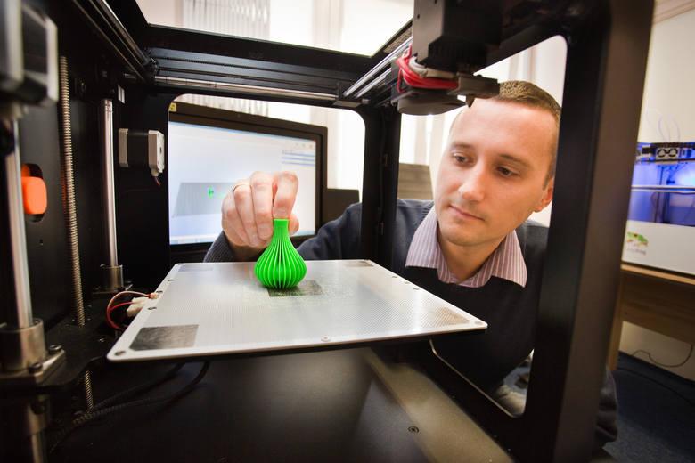 Drukuje w 3D za unijną dotacjęŁukasz Śmielak na drukarkach 3D może wydrukować dowolny element.