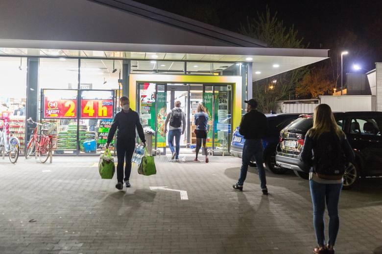 """Sieć sklepów """"Biedronka"""" wprowadziła promocje i ułatwienia, zachęcające do robienia zakupów w nietypowych porach. Megakoszyk, Białe Noce i promocje dla"""