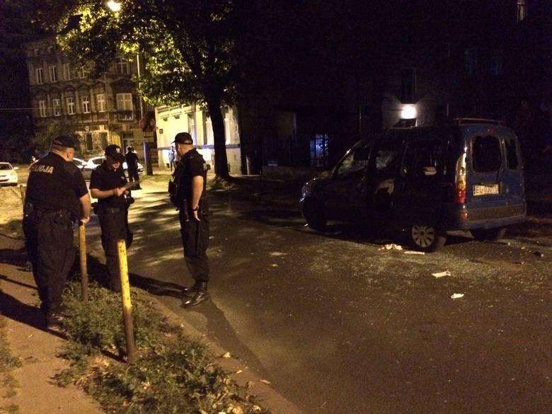 Bijatyka kiboli w centrum Łodzi. Uderzali maczetami pasażerów samochodu [ZDJĘCIA, FILM]