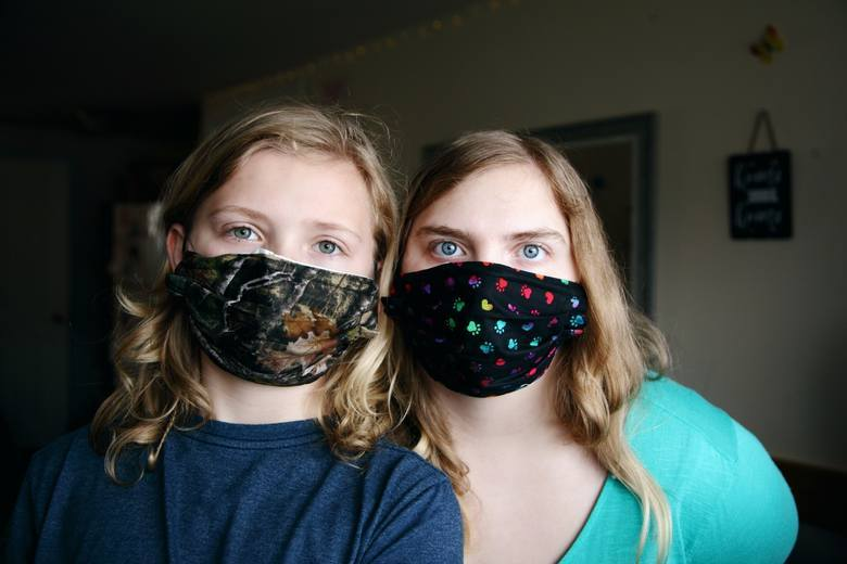 Jak zakładać i zdejmować maseczkę? Jak nosić maseczkę, żeby była skuteczna? Jak dezynfekować maseczkę ochronną na twarz?
