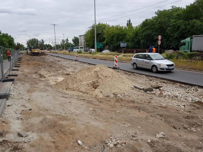 Tak w poniedziałek po południu wyglądał plac budowy od strony ulicy warneńczyka. Wykonawcy zajęli się demontażem trakcji i torów tramwajowych