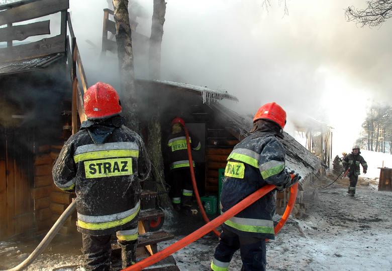 Po przybyciu na miejsce pożaru, strażacy mogli jedynie dogasić zgliszcza. Drewniana bacówka spłonęła błyskawicznie.