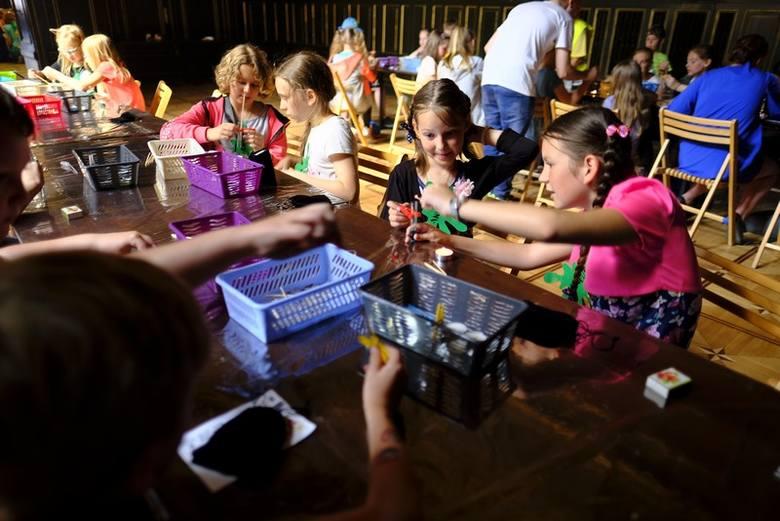 Dwór Artusa w sobotę zamienił się w Akademie Pana Kleksa, gdzie zabawa jest nauką, a nauka zabawą. W zajęciach wzięły udział dzieci, które  zwyciężyły