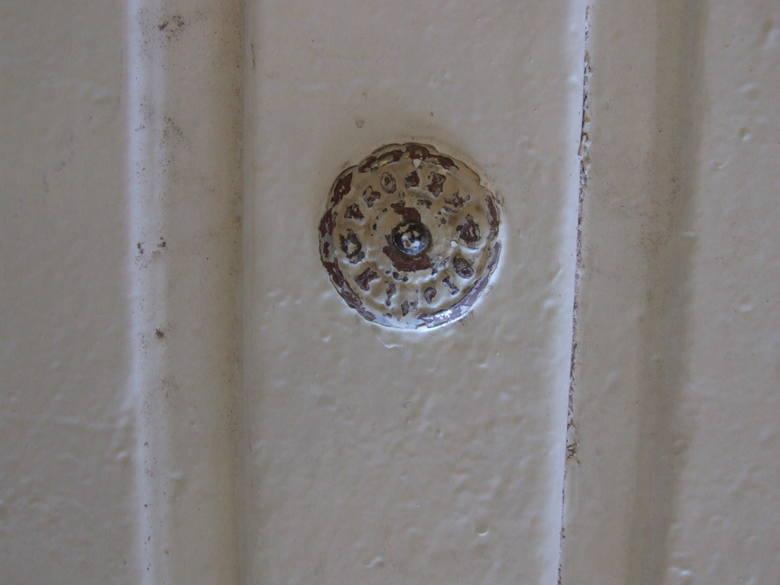 """Dzwonek do drzwi z napisem """"Proszę dzwonić""""."""