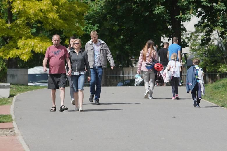 Pogoda w sobotę sprzyja spacerom. Wielu poznaniaków wybrało się na spacer po Cytadeli. Czy skorzystali z zasad dotyczących maseczek, które obowiązują