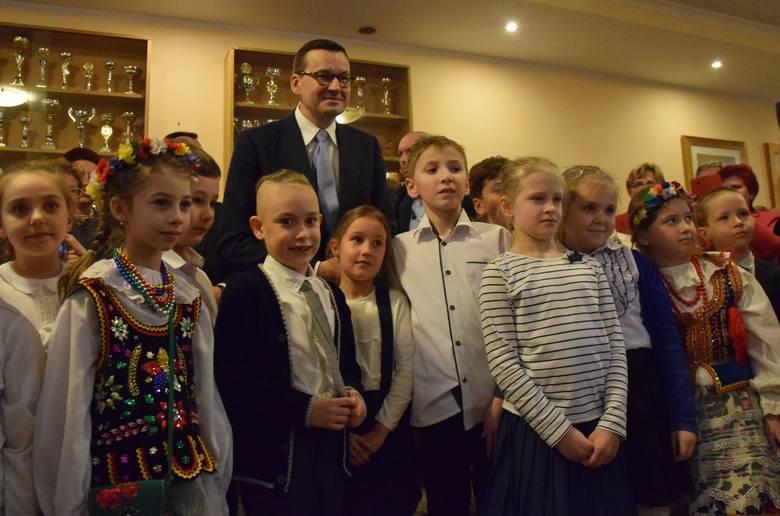 Premier Mateusz Morawiecki odwiedził gminę Krzeszowice. Był na otwarciu rozbudowanej szkoły w Woli Filipowskiej [ZDJĘCIA]