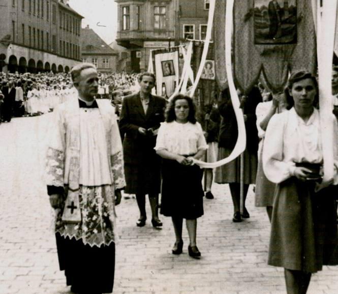 Ksiądz Kazimierz Michalski podczas procesji.