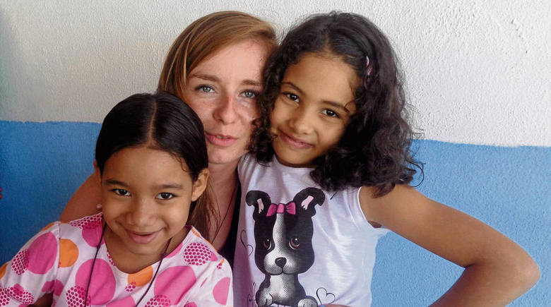 Małgosia Krupnik z działu rejestracji ŚDM z dziećmi rodziny,  u której mieszkała w Rio de Janeiro <br />