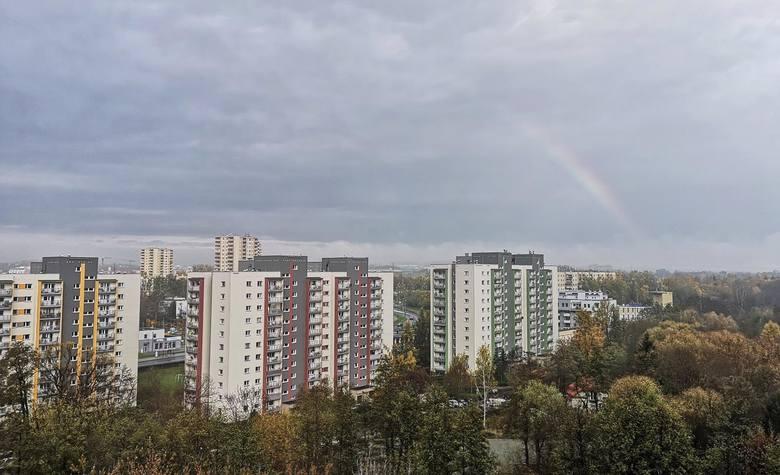 Kraków. Piękna tęcza i promienie słońca przebijające się przez chmury nad Prądnikiem Czerwonym [ZDJĘCIA]