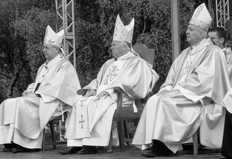 Skandal z udziałem abp. Juliusza Paetza wybuchł w 2002 roku, ale w Kościele o tym, że hierarcha molestuje kleryków i księży, mówiono znacznie wcześniej.