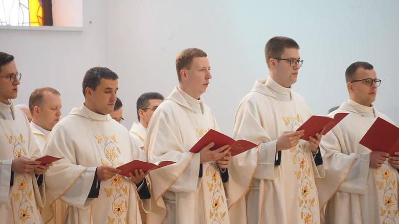 Neoprezbiterzy w sobotę przyjęli święcenia, dzisiaj poznali parafie, w których będą na początek pracować