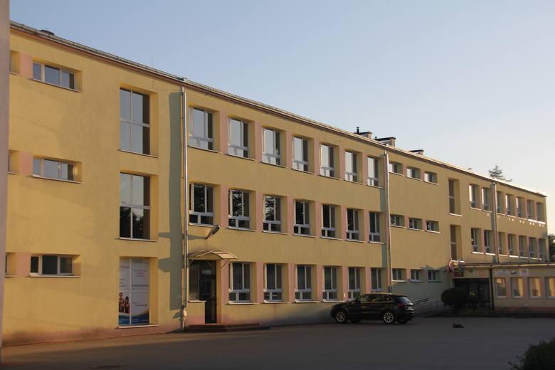 Największa w Tarnobrzegu szkoła - Liceum Ogólnokształcące im. Mikołaja Kopernika w Tarnobrzegu przyjęło wszystkich chętnych, czyli 472 kandydatów. Klas