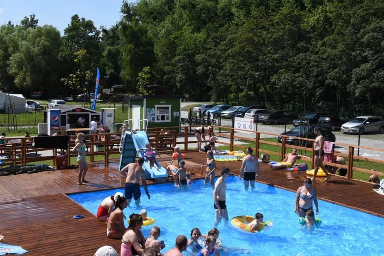 Dwa baseny o wymiarach 12x25 m oraz brodzik dla dzieci ze zjeżdżalnią czekają na Campingu Tramp na wszystkich spragnionych letniej kąpieli. Na terenie