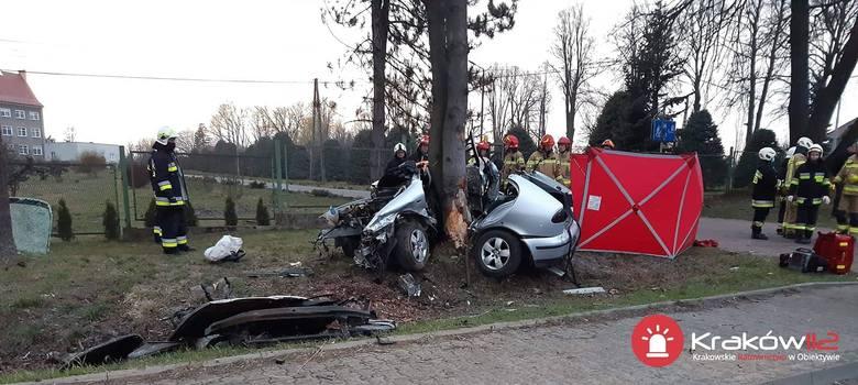 W Prusach w gminie Kocmyrzów-Luborzyca na drodze wojewódzkiej seat wypadł z jezdni, niemal owinął się wokół drzewa. Zginęły dwie osoby. Zdarzenia miało