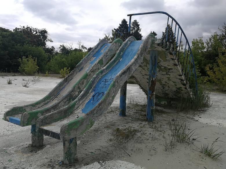 Odkryty basen termalno-solankowy znajduje się w zachodniej części Ciechocinka, przy ul. Aleja Pojednania i powstał w latach 1930 – 1932. Zaprojektowali