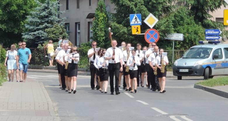 Orkiestry dęte zjechały do Mogilna. Muzycy przeszli przez miasto i zagrali w amfiteatrze [zdjęcia]