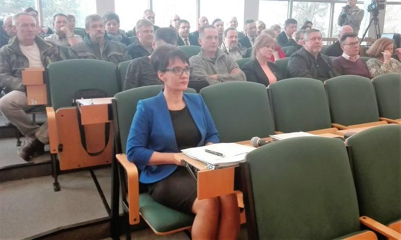 Nadzwyczajna sesja rady miasta w sprawie PKM. Na sesję przyszli pracownicy firmy. Na pierwszym planie Anna Hetman, prezydent Jastrzębia
