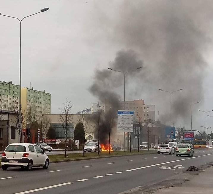 Pożar samochodu na ul. Inflanckiej przy Franciszkańskiej