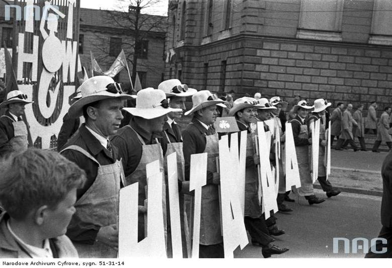 Pracownicy Huty Warszawa w strojach roboczych na pl. Dzierżyńskiego obok pałacu Błękitnego.