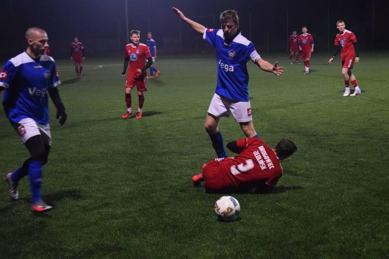 W środę rozegrano zaległy mecz 12. kolejki Tymex Ligi Okręgowej. Nietypowo, bo na sztucznym boisku w Białobrzegach, Drogowiec Jedlińsk pokonał LKS Promna
