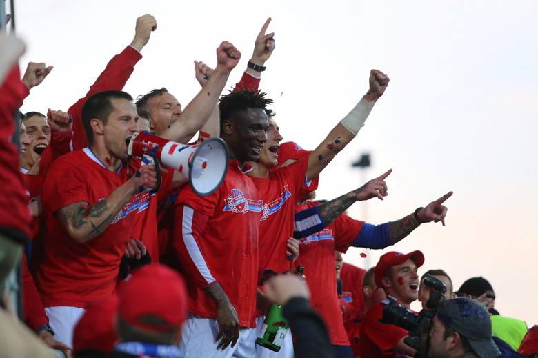 Po meczu na murawie stadionu zawodnicy i działacze Rakowa Częstochowa otworzyli szampany i założyli specjalne koszulki. Chwilę później na boisko weszli