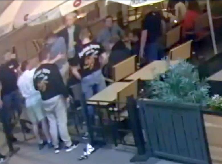 Pobicie w jednym z ogródków na Rynku Kościuszki zostało udokumentowane przez kamerę