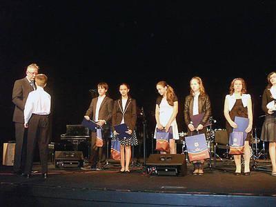 Nagrody najlepszym uczniom wręczał Prezydent Miasta Tarnowa Ryszard Ścigała. Fot. Teresa Gut