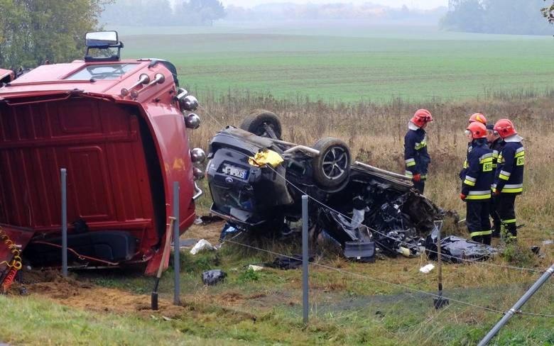 Do tragicznego wypadku doszło 20 października na obwodnicy Chojnic. Co prawda wypadek zdarzył się kilkanaście metrów za granicą powiatu chojnickiego, ale służby chojnickie również przyjechały i pomagały.