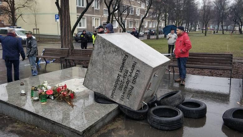 Na dzisiejszej sesji ( 7.marca 2019) zapadła decyzja ws. rozbiórki pomnika ks. Jankowskiego. Władze miasta - zgodnie z uchwałą - mogą teraz legalnie