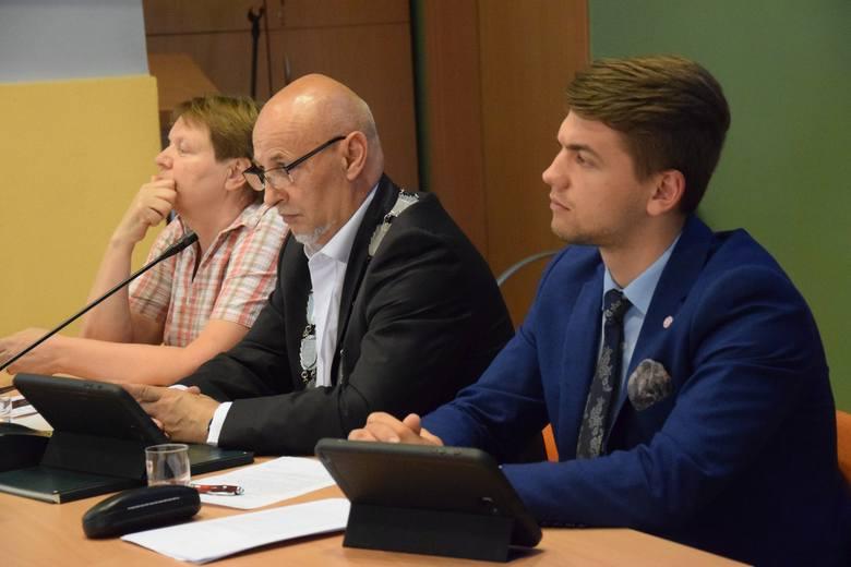 W środku; radny Andrzej Olech (Ziemia Kluczborska) - dyrektor Ośrodka Sportu i Rekreacji w Kluczborku.