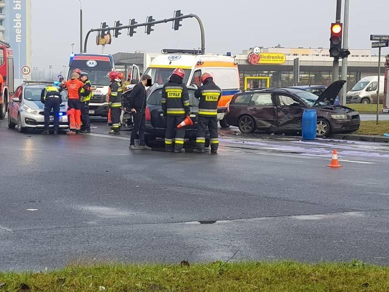 Wypadek w Toruniu. Dzisiaj, w niedzielę 22 grudnia, między godziną 9.00 a 10.00 na Rubinkowie doszło do karambolu z udziałem czterech pojazdów. Oprócz