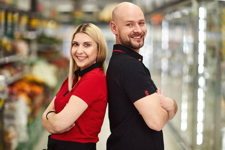 Nowa odzież to czerwone i czarne koszulki polo, czerwone bezrękawniki z membraną, rozpinane bluzy, czarne fartuchy z biedronkowymi kropkami i, co też