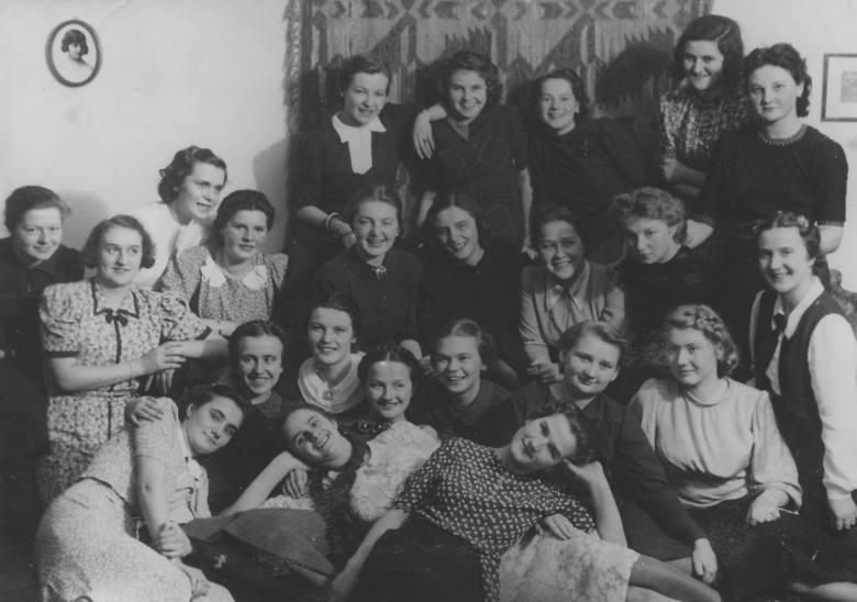 Uczennice Unii na studniówce. Na zdjęciu m.in. Julia Hartwig (drugi rząd od dołu, siedzi w środku), Rózia Rubinfajer (na samym dole, pierwsza z lewej), Maria Rechtszaft (górny rząd, druga z prawej).