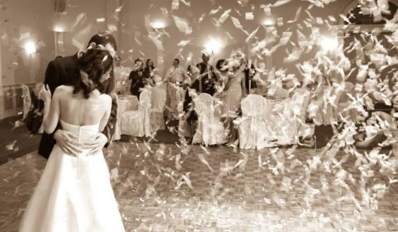 Nie wiesz, w której miejscowości w regionie można wziąć najtaniej ślub? W oparciu o dane zgromadzone w serwisie colaska.pl przygotowaliśmy dla Was raport