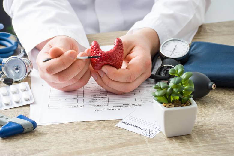 Choroby tarczycy to obecnie bardzo częsty problem. Szacuje się, że w Polsce na Hashimoto cierpi ok. 800 tys. osób, przy czym większość chorych to kobiety.