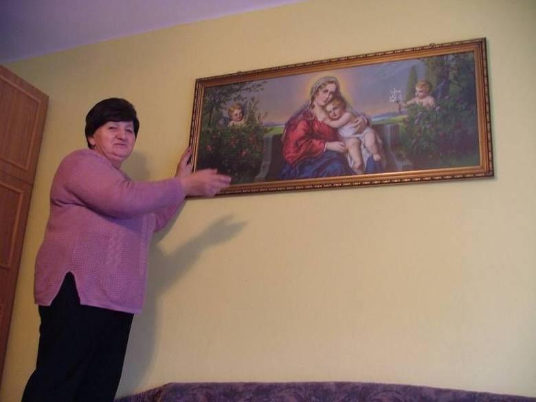 - W podzięce Najświętszej Panience za ocalenie ojca matka za pieniądze z odszkodowania kupiła obraz Matki Boskiej na Tronie. Do dziś znajduje się on