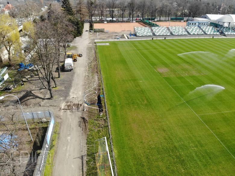 Oto pierwsze zdjęcia z wyburzenia trybuny zachodniej i szykowaniu terenu pod budowę jupiterów na stadionie przy Drodze Dębińskiej.