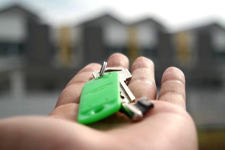 PKP wyprzedaje swoje nieruchomości. W swojej ofercie ma atrakcyjne grunty niezabudowane, zabudowane, budynki a nawet mieszkania.Na kolejnych slajdach