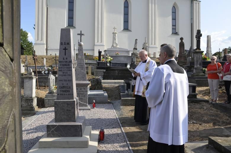 Odnowione groby poświęcił miechowski proboszcz ks. Franciszek Siarek
