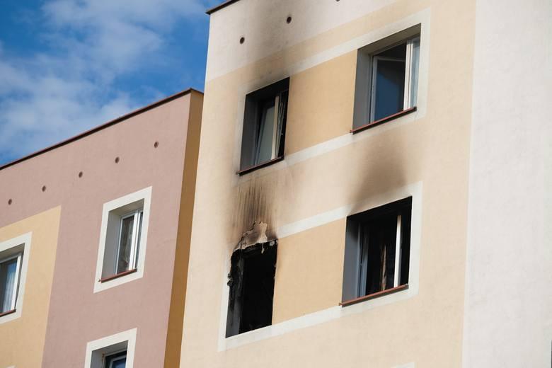 Pożar zauważono w niedzielę o godz. 2.30 w nocy. Do akcji gaśniczej zadysponowano trzy zastępy strażaków w tym drabinę mechaniczną. Paliło się mieszkanie