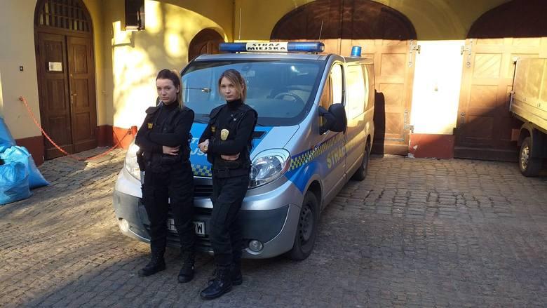 Strażniczki miejskie: Aleksandra Ostrowska i Kinga Natkowska od wczoraj z megafonu apelują do mieszkańców o pozostanie w domu