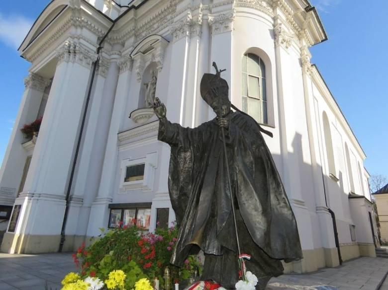 1.<br /> Tuż przed samym wejściem do muzeum, na pl. Jana Pawła II w Wadowicach stoi pomnik słynnego papieża.<br /> Od ub.r. z papieskiego pastorału zaczęła wypływać woda. To dlatego, że Urząd Miejski po ponad dekadzie naprawił zamontowaną w nim fontannę, o której wszyscy zdążyli już dawno...