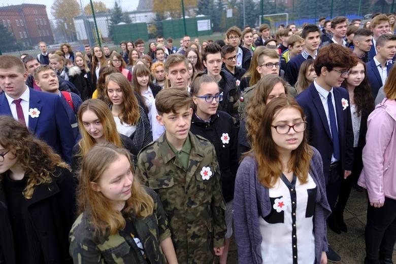 Z okazji zbliżającej się setnej rocznicy odzyskania przez Polskę Niepodległości uczniowie toruńskich szkól punktualnie o godzinie 11.11 odśpiewali hymn