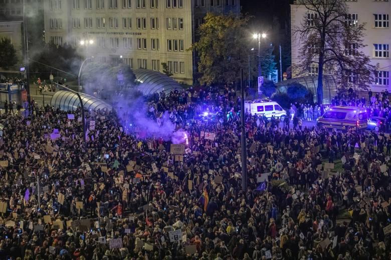 Pod wnioskiem podpisało się 119 posłów i posłanek (107 - PiS, 11 - Konfederacji, 1 PSL-Kukiz'15, klika podpisów jest nieczytelnych). Po wyroku TK na ulice polskich miast wyszły tysiące protestujących.