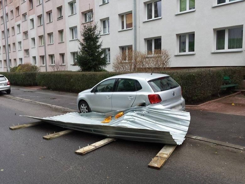 - Niebezpieczne zdarzenie ulica Dunikowskiego - informuje Internauta Piotr. - Oderwała się brama z pobliskiej budowy.