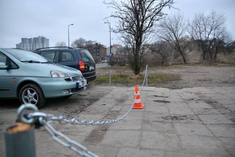 W poniedziałek wjazd na dziki parking znów był zagrodzony. Sytuacja wyglądała inaczej w weekend, gdy występowali cyrkowcy.