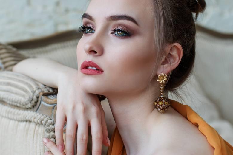 Henna brwi: lepiej wykonać ją w domu czy pójść do kosmetyczki? Henna brwi krok po kroku