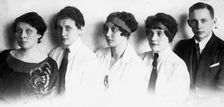 Władysław Pobóg-Malinowski z siostrami (od lewej): Heleną, Marią, Genowefą i Bronisławą, Złoczów 1923.  Ze zb. dr. Andrzeja Ruszczaka z Gdańska