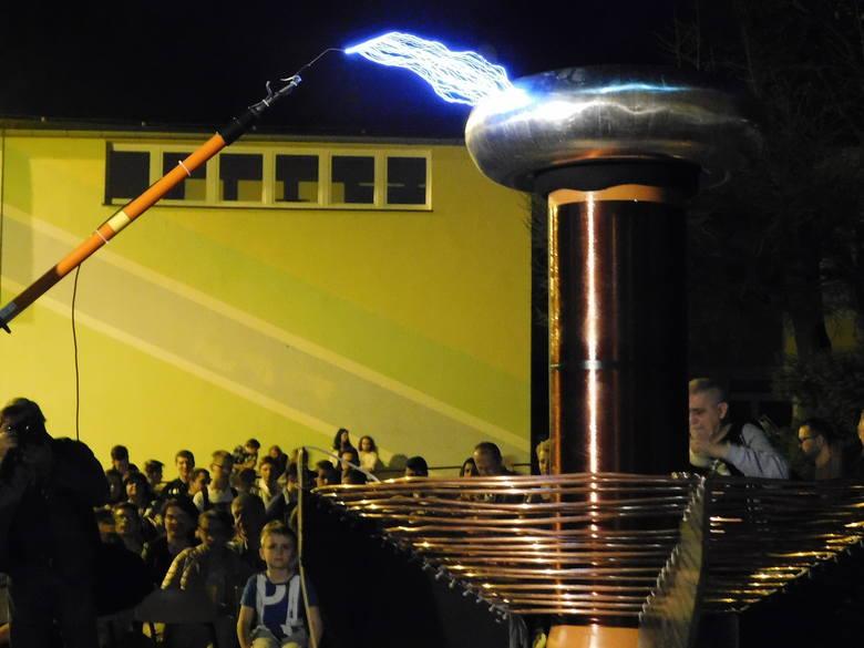 W piątkowy wieczór w Zespole Szkół nr 9 w Koszalinie (popularny Elektronik) zorganizowany został pokaz Transformatora Tesli skonstruowanego przez uczniów.Grupa