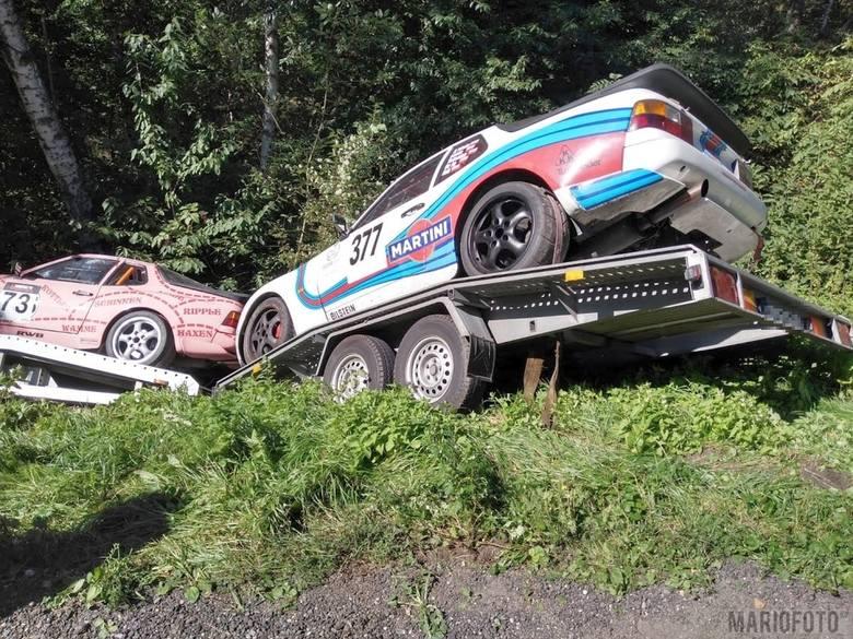 Wypadek na drodze krajowej nr 46 pod Niemodlinem. Laweta wioząca sportowe auta wylądowała w rowie [ZDJĘCIA]